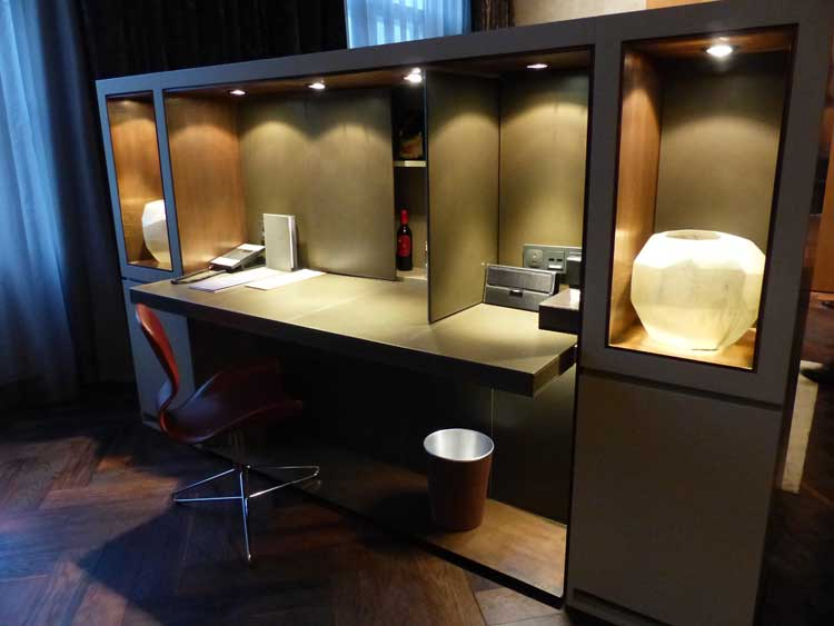 Das-Stue-Berlin-Boutique-Hotel.-study-table