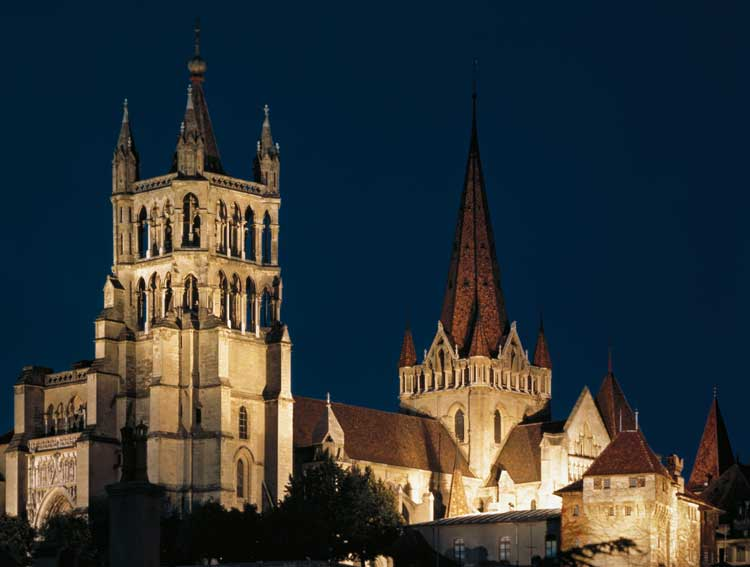 Lausanna-old-cathedral-by-night
