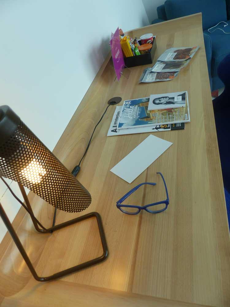 RoomMate-Aitana-MenStyleFashion.jpg-desk