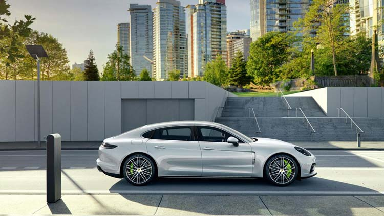 low_panamera_4_e_hybrid_executive_2016_porsche_ag-1