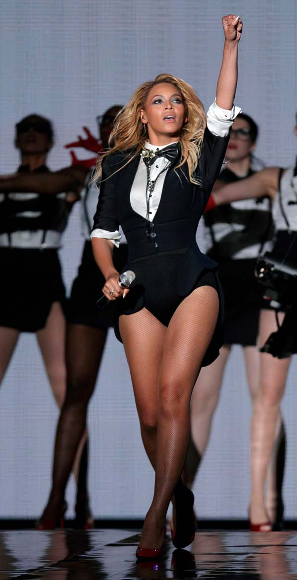 Beyonce performs in Christopher Chaun Finale II bow tie during Oprah Finale 2011