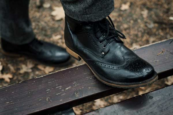 Brogue boot black lace ups