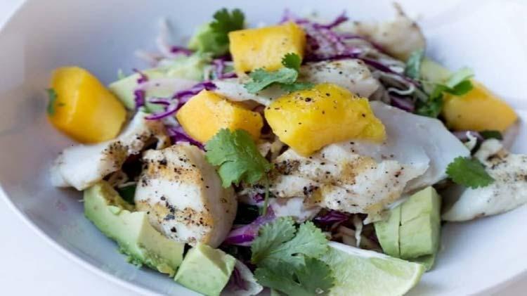 recettes-salades-été-entrées-froides-poisson-mangue-avocat-redim-1